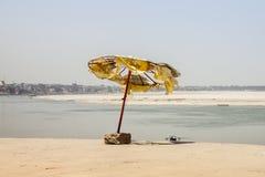 Łamany parasol przy Ganga rzeką varanasi Zdjęcie Stock