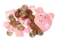 Łamany prosiątko bank z Złocistymi monetami odizolowywać na bielu. Pieniądze Obraz Stock