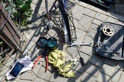 Łamany roweru, koła i axle zastępstwo, W tle narzędzia i części obrazy stock