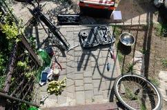 Łamany roweru, koła i axle zastępstwo, W tle narzędzia i części zdjęcia stock