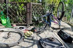 Łamany roweru, koła i axle zastępstwo, W tle narzędzia i części obrazy royalty free