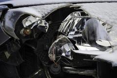 Łamany samochodu światła wypadek Zamyka w górę uszkadzającego reflektoru w frontowym samochodzie, zima obraz stock