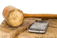 Łamany smartphone i skóry młot na białym tle Zdjęcia Royalty Free