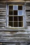 Łamany szklany okno w starym wietrzejącym drewnianym domu wiejskim zdjęcia stock