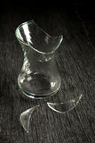 Łamany szklany szkło i czerepy na szarym drewnianym tle sztuki pięknej kamery oczu mody pełne splendoru zieleni klucza wargi targ Zdjęcia Royalty Free