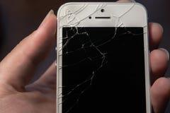 Łamany telefon w ręce, czerń ekran obraz royalty free