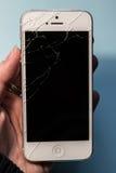Łamany telefon w ręce, czerń ekran fotografia royalty free