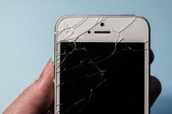 Łamany telefon w ręce, czerń ekran zdjęcie stock