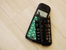 Łamany telefon handset na drewnianej podłoga Obrazy Royalty Free