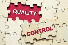 Łamigłówka kawałki z słowo kontrola jakości zdjęcie stock