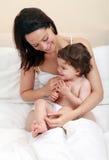 Łaskotania macierzysty dziecko Zdjęcia Royalty Free