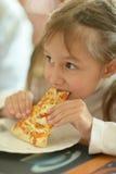 łasowania dziewczyny mała pizza Zdjęcia Royalty Free