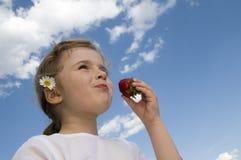 łasowania dziewczyny mała truskawka obraz royalty free