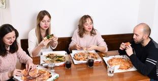 łasowania przyjaciół pizza zdjęcia royalty free