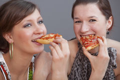 łasowania przyjaciół pizza Zdjęcia Stock