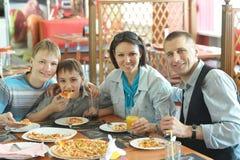 łasowania rodziny pizza zdjęcia stock