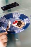 Łasowanie bliny deserowi z malinki, śmietanki i czekolady crea, Obrazy Stock
