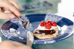 Łasowanie bliny deserowi z malinki, śmietanki i czekolady crea, Zdjęcia Stock