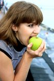 łasowanie jabłczana dziewczyna Obraz Stock