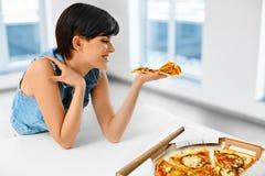 Łasowanie włoszczyzny jedzenie kobieta jedzenia pizzy Fasta Food odżywianie Li Zdjęcie Stock
