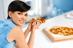 Łasowanie włoszczyzny jedzenie kobieta jedzenia pizzy Fasta Food odżywianie Li Obraz Stock