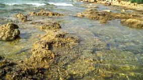 Łatwa kipiel na skalistym wybrzeżu morze śródziemnomorskie zbiory wideo