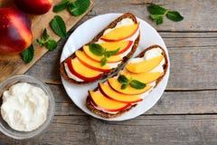 Łatwej nektaryny i kremowego sera kanapki Żyto chleba otwarte kanapki z kremowym serem, dojrzałymi nektaryna plasterkami i mennic Obrazy Stock