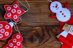 Łatwi boże narodzenia wykonują ręcznie dla dorosłych lub dzieciaków robić Filc gwiazda, choinka, bałwan i piłka na brown drewnian obraz stock