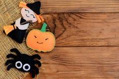 Łatwi Halloween rzemiosła Odczuwana czarownica, bania, pająków ornamenty na drewnianym tle z kopii przestrzenią dla teksta Zdjęcie Stock