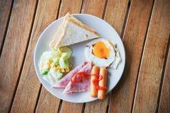 Łatwy śniadanie rozdający na bielu talerzu zdjęcia royalty free