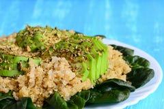 Łatwy quinoa, avocado i świeża szpinak sałatka z pikantność, niebieska tła Zdrowy quinoa avocado śniadania pomysł zbliżenie obraz royalty free