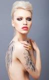 Łaty przyglądająca kobieta z tatuażem uskrzydla na plecy Zdjęcie Royalty Free