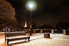 Ławka, aleja i latarnia uliczna w opadzie śniegu przy nocą, Zima pejzaż miejski w świętym Petersburg, Rosja Fotografia Stock