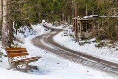 ławka blisko brud ścieżki przez śniegu Fotografia Royalty Free