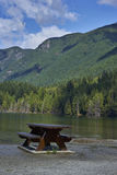 Ławka blisko do jeziora obraz stock