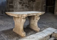 Ławka, fontanna i mozaiki podłoga w rzymianina domu w Parco Archeologico Di Ercolano, fotografia royalty free