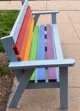 Ławka malująca w tęcza kolorach obrazy stock