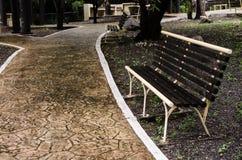 ławka na czerwonej cegły drodze w pięknym plenerowym parku fotografia stock