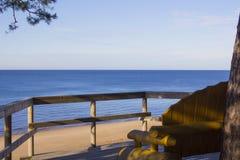 ławka na dennym wybrzeżu przy sunrice Zdjęcie Royalty Free