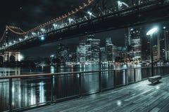 Ławka na molu pod droga mostem behind linią horyzontu i fotografia royalty free