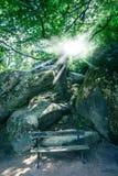 Ławka na tle wielcy kamienie Obraz Royalty Free