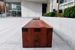 Ławka od niskiego kąta w jawnej miasto przestrzeni Zdjęcie Stock