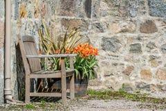 Ławka przed kamienną ścianą Zdjęcia Royalty Free