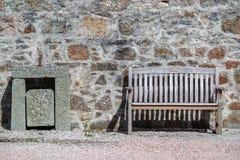 Ławka przed kamienną ścianą Obraz Stock