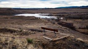 Ławka przegapia jezioro w zimie zdjęcie royalty free