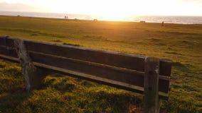 Ławka przy linią brzegową Irlandzki morze zdjęcie wideo