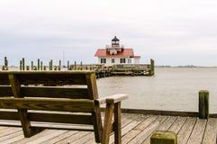 Ławka przy Roanoke bagien latarnią morską zdjęcie stock