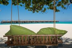 Ławka przy topiczną plażą przy Maldives obrazy stock
