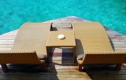 Ławka przy wody stroną Fotografia Stock