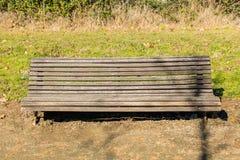 Ławka troszkę niszczył w parku w przedmieściu Caceres, Extremadura, Hiszpania obraz royalty free